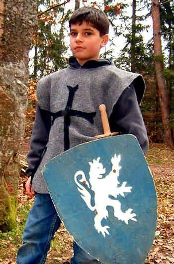 Die besten 17 Ideen zu Ritterhelm Basteln auf Pinterest | Ritterhelm, Ritter und Rittergeburtstag