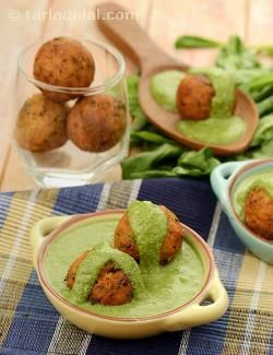 The spinach sauce used in this recipe is an elaborate one, of spinach purée plumped up with rich ingredients like coconut, cashewnuts, poppy seeds and spices. It happens to be the perfect base for delicate paneer koftas that melt in your mouth.