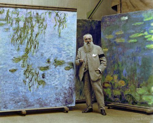 Imagen coloreada de   Claude Monet  de pie junto a las pinturas de su  Nenúfares series, 1923
