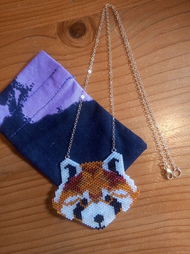 Panda roux en perles tissées, chaîne gold filled 14k.  #pandaroux #miyuki #mazurka #mazurkabijoux #redpanda