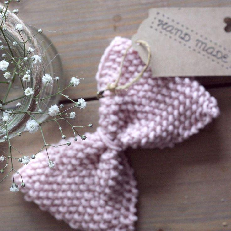 En liten gave til en liten jente  #paelas #pyntesløyfe #strikketsløyfe #gavestrikk #sandnesmerino