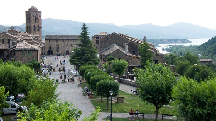 Además de ser un destino predilecto para los esquiadores que visitan las pistas de esquí oscenses, Ainsa es también un destino inmejorable para conocer la arquitectura medieval aragonesa. En su casco antiguo destaca el conjunto del castillo, que conserva casi intactas sus murallas y la Torre del Homajey su Plaza mayor, que data de los siglos XII-XIII. Se trata de una de las plazas medievales más bonitas de España, con porches románicos y arcos de medio punto en perfecto estado de…
