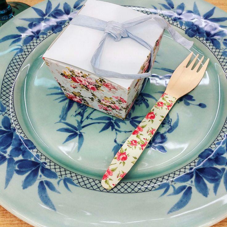 Tenedores de madera decorado con flores y cajita a juego! Pedidos y catálogo: detallisime@yahoo.es