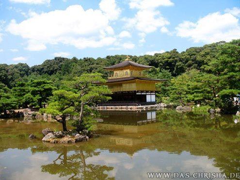 """Der """"Kinkaku-ji""""-Tempel, oder auch genannt der """"Goldene Tempel"""", da das obere Stockwerk komplett mit Blattgold überzogen ist. Kyoto, Japan"""
