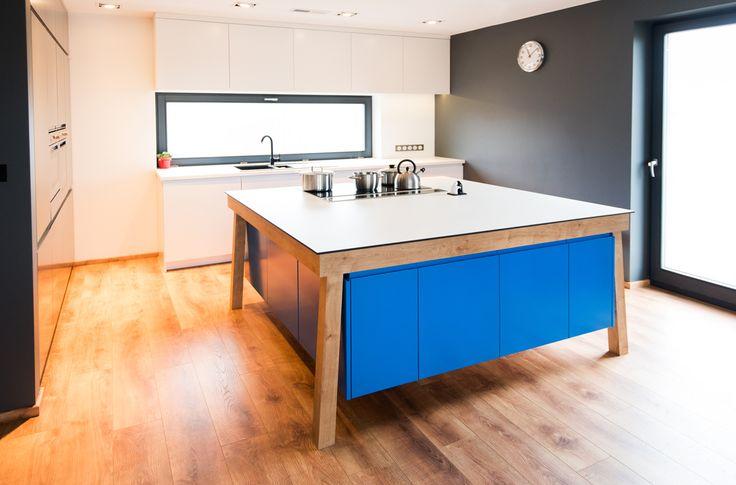 Kuchnia z asymetryczną wyspą w kolorze niebieskim.  #asymetryczna #wyspa #niebieska #kitchen #island #asymmetric
