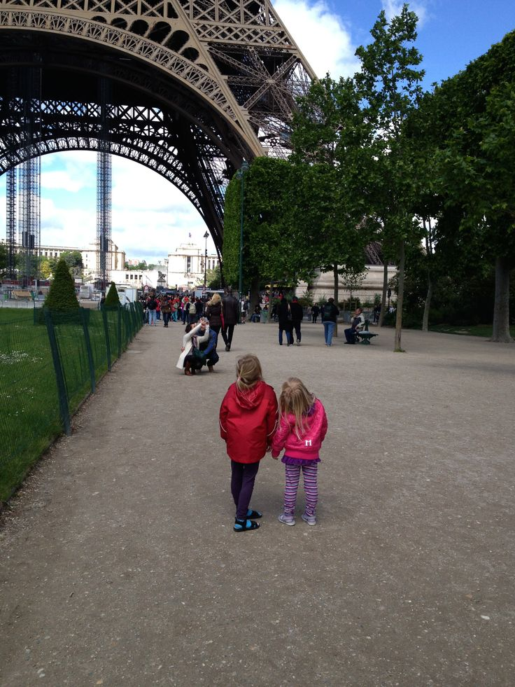 Mine piger foran Eiffeltårnet. Amazing!