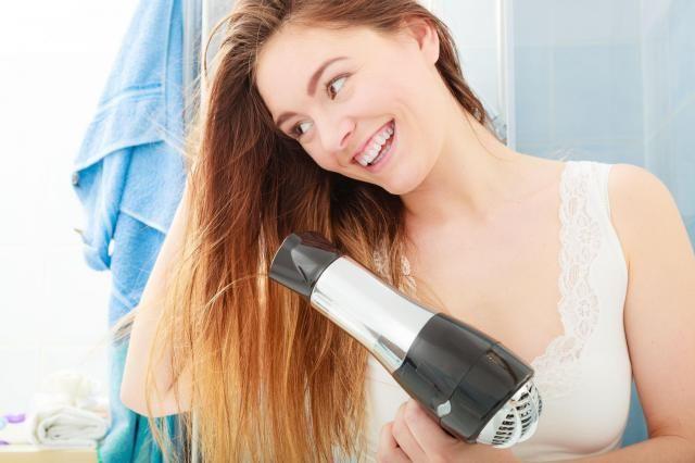 Fryzjerka radzi: Jak powinnaś suszyć włosy? Przeczytaj i pozbądź się błędów!