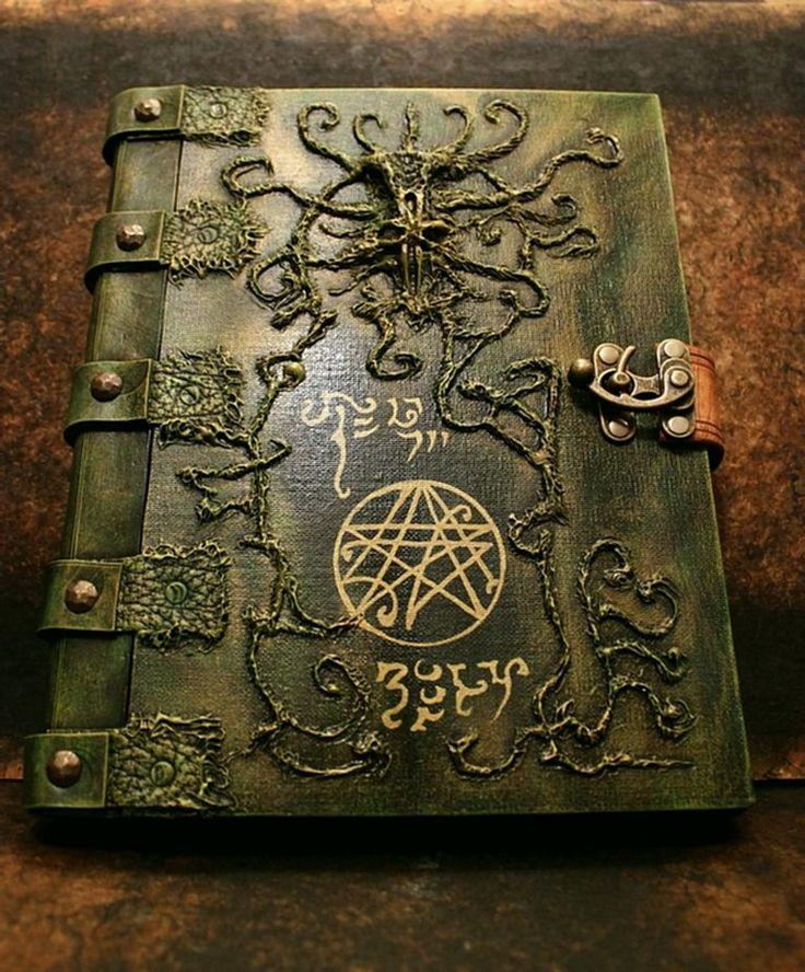 """Al-Hazred: """"Al-Azif"""" o """"Necronomicón"""". Naturalmente tanto el autor como el libro, es una ficción ideada por H. P. Lovecraft. Es un libro de saberes arcanos y magia ritual, cuya lectura provoca la locura y la muerte. Según Lovecraft fue escrito en el año 730 de nuestra era, por al-Hazred de Yemen."""