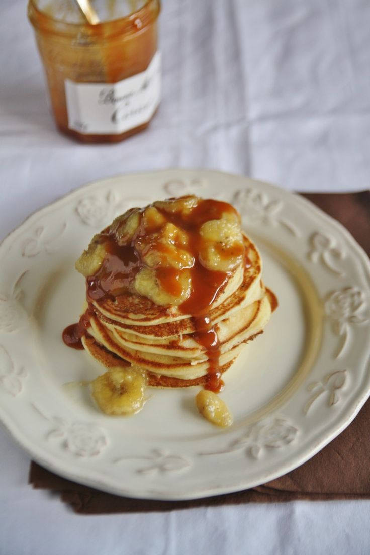 Pancakes con banane caramellate e dulce de leche