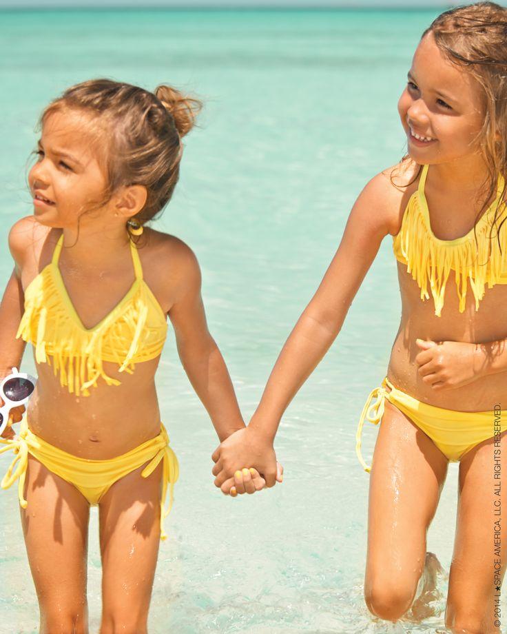 Identical twin little girls in bikinis — photo 14