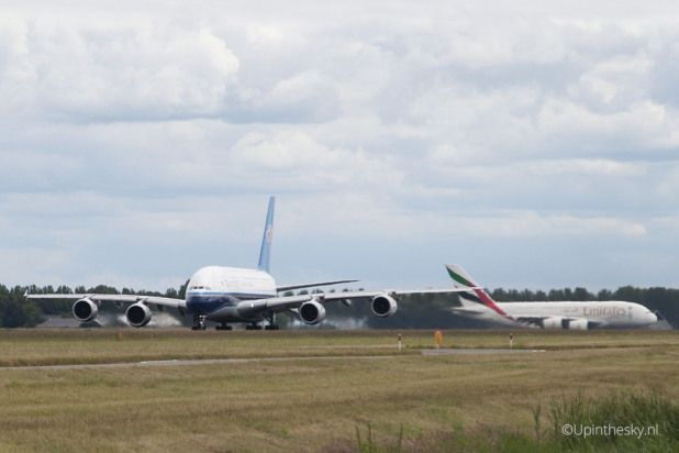 Double A380 China_Southern_A380_Emirates_Schiphol_4
