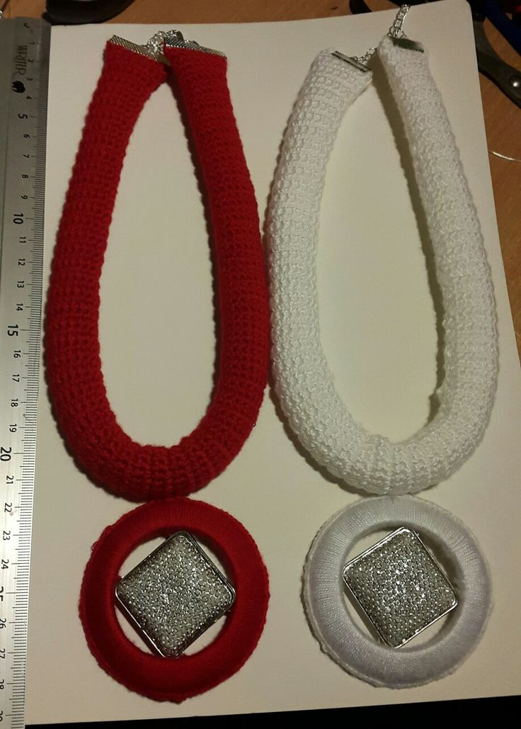Crocheted neckless. Red and white.