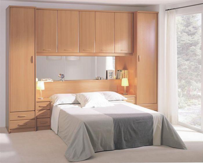 Dormitorio puente de matrimonio con espejo y mesillas de for Closet para cuartos matrimoniales