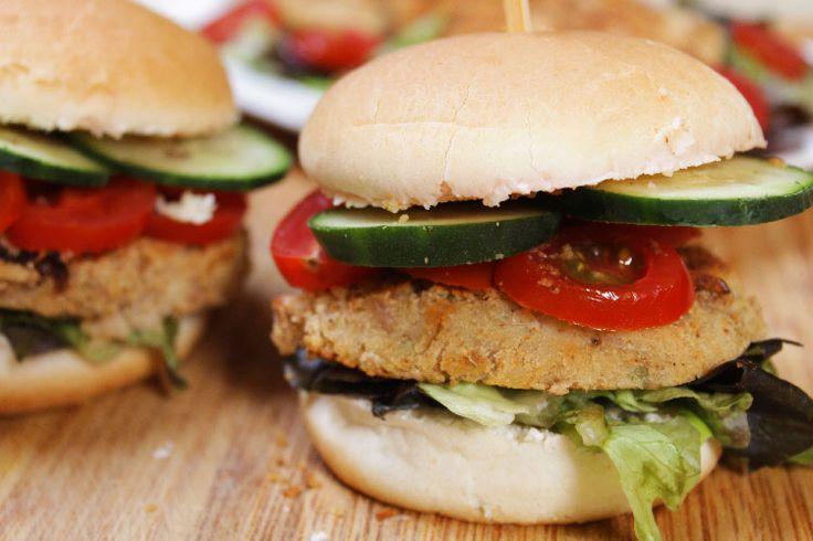 Chi dice che i secondi piatti vegetariani sono noiosi non ha mai assaggiato questi burger di fagioli borlotti! Sfiziosi, originali e semplici da preparare.  Ricetta su:  http://karmaveg.it/burger-di-fagioli-borlotti.html