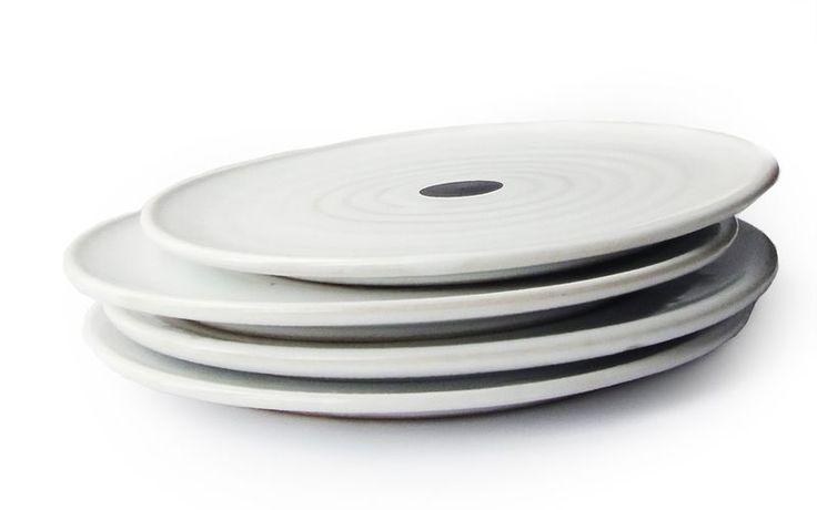 Seguimos trayendo diseños exclusivos de Camilla Engdahl en nuestra web. ¿Habéis vistos estos platos de cerámica suecos elegantes a la vez que divertidos? Vienen en cinco colores diferentes: amarillo, verde, azul, rojo y verde. #diseño #compras #tienda #ecommerce