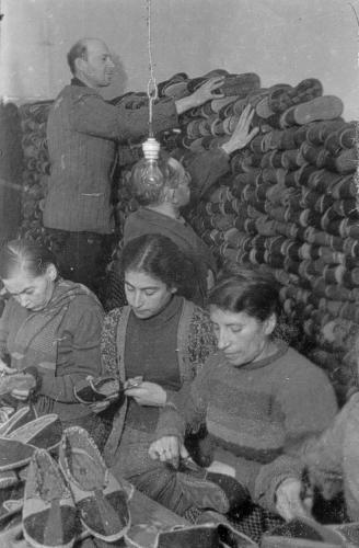 Zwangsarbeit: Zwangsarbeit: Im Schuhmacher-Ressort des Ghettos. Aufnahme um 1943.