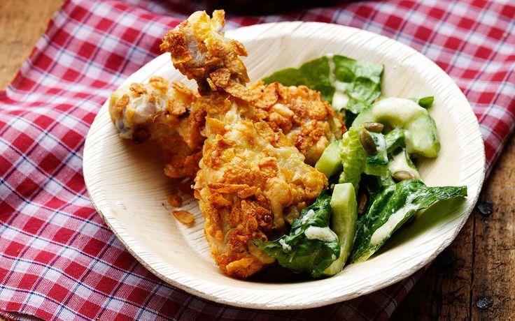 En knaprig panering gör kycklingen extra populär. Servera med syrlig och lätt grönsallad.