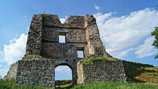 Pustý hrad nad Zvolenom je zrúcaninou, ktorá patrí medzi unikátne historické pamiatky. Rozlohou je najväčším hradom na Slovensku (7,5ha). Tvoria ho dve časti Horný a Dolný hrad. Hradný komplex sa nachádza na vrchu nad sútokom riek Hron a Slatina, hneď pod mestom Zvolen.