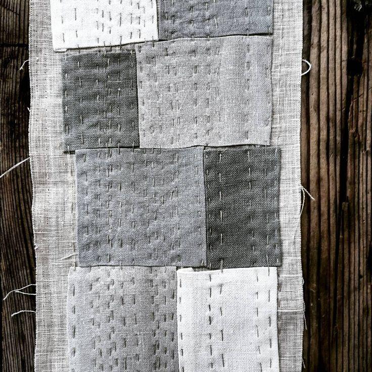LIN  Leikar med lin og gamle lappeteknikkar. Er svært fasinert av korleis klær og tekstiler vart reparert før. Det er superinteressant at farmor sin måte å reparere på minner om gamle japanske tekstiler.  #Vølt#lappeteknikk#gamletekstiler#tekstilhistorie#lin#linen#linenstitch#stingpålin#gamleteknikker#slowstitching#borostitch#reparere#broderi#makersmovement#peoplescreatives#fortheloveoflinen#oldmaterial#embroidery#recycle#thatauthenticfeeling