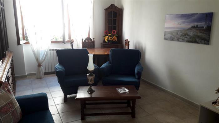 Alghero. Via Raffaello Sanzio. Affittasi per periodo estivo grazioso ed elegante appartamento posto al primo piano, così composto: soggiorno, ampia cucina, due camere da letto, bagno, ripostiglio, piccolo cortile esterno.