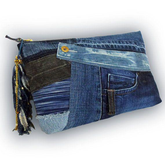 Art. Bequem und stylisch. Ziemlich cool Recycling Jean Patchwork Clutch-Tasche. Eine Tasche ist aus alten Jeans und Denim-Stoff gefertigt. Voll gefüttert mit Taschen: 3 X in, 2 X außerhalb. Oberen Reißverschluss. Die Tasche kann gemacht werden, indem man den Daumen in einer Schleife.  Reißverschluss-Schieber: Denim Quaste mit einer Kette und Perlen. (Gold)  Material: alte Jeans und handgewebte (indigo Denim Hand-gefärbt). Farbe: indigo, indigo, blau & Licht dunkelblau.  Größe: 8 H x 12 1&...