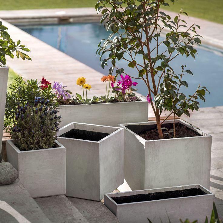 Este macetero de cemento cubo es un contenedor para cultivar y mantener plantas de interior y exterior.