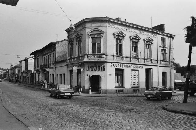 Restaurant La Plosca de Aur, 1978.   Nimeni nu rezista tentației de a gusta specialitățile casei și vinurile din crama proprie a restaurantului La Plosca de Aur de pe Calea Rahovei, nr. 127.