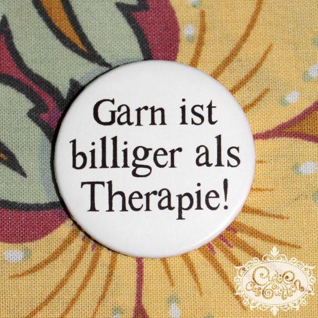 strick button 'Garn ist billiger als Therapie!'