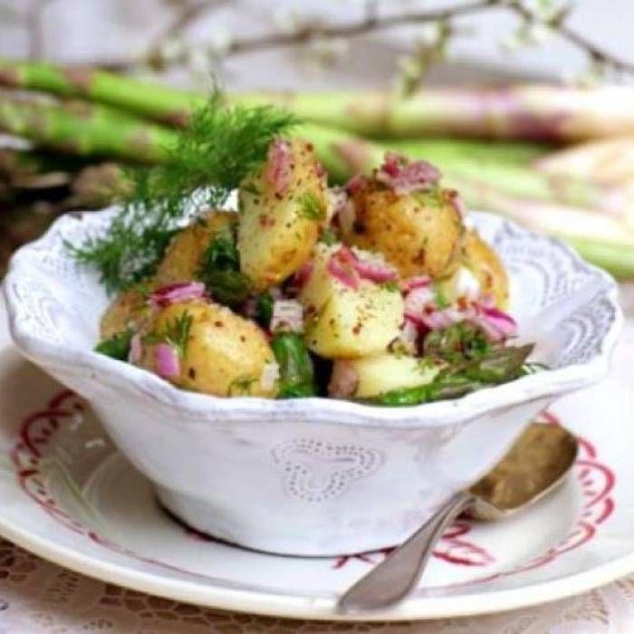 Potatissallad som passar till rökt mat som skinka, kalkon eller fisk. Genom att blanda i kräftstjärtar eller räkor har du förvandlat salladen från ett tillbehör till en mer matig potatissallad.