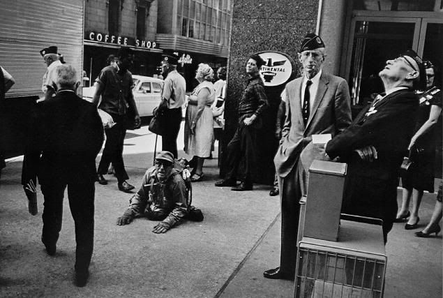 winogrand_american_legion.jpg (635×427) | Photo by Garry Winogrand