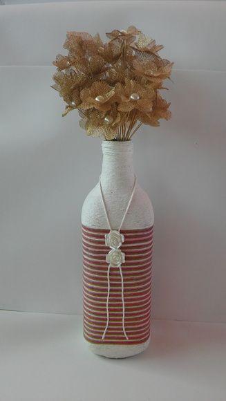 Garrafa decorada com duas flores em acrílico dando um charme.Fica perfeita em um canto da estante ou em centro de mesa.  *As flores incluídas, vendidas separadamente em nossa loja.