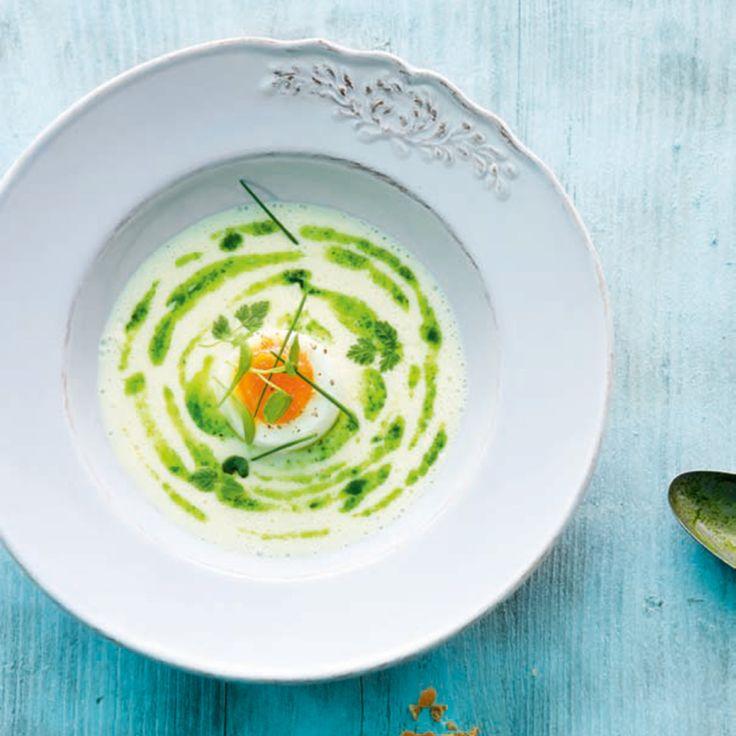 Diese Rahmsuppe ist schnell gekocht und wird mit Kräuter-Pesto und Ei zur einem wahren Hingucker.