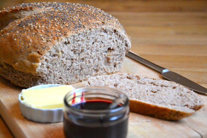 Tadaaaam ! Je vous présente mon tout premier pain maison ! Pas peu fière, la Juliette ! Que je vous explique pourquoi je ne m'étais pas lancée dans l'aventure de la boulange avant ce jour... Je suis l'heureuse propriétaire, depuis peu, d'un KitchenAid...
