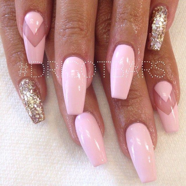 Punta cofin en tono rosa con meñique en dorado y dedo indice con adorno de transparencia en v a mitad de uña