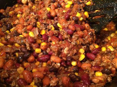 Chili-Con-Carne   500 gram gehakt - 150 gram kipfilet - 2 uien gesnipperd - 1 teen knoflook geperst - 2 blikken zwarte bonen - 1 blik kidneybonen - 1 klein blikje mais - 4 tot 5 verse tomaten of een blikje tomatenblokjes - Mexicaanse kruidenmix of andere kruidenmix voor burrito of taco - rijst