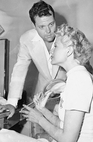 """Orson Welles and Rita Hayworth behind the scenes of """"The Lady from shanghai"""", 1947"""