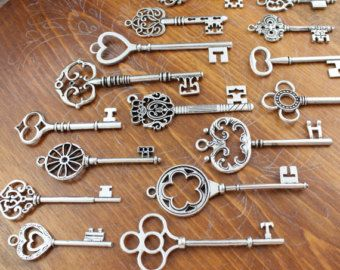 Belles clefs en étain sans plomb/nickel finition de cuivre antique. Lot de 18 breloques clé squelette (6 styles différents, 3 de chaque).  Il existe dautre clé dans ma boutique qui rendrait charmantes décorations de mariage, ou lartisanat de votre choix. Si vous souhaitez modifier la quantité de clés, ou de ceux-ci avec dautres touches incorporer une liste personnalisée, veuillez me contacter à tout moment.  Tailles: 2 -3  La variation argent antique de cette clé…