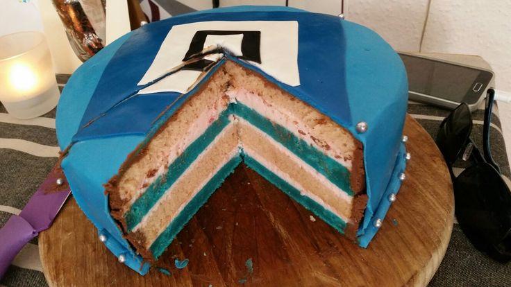 (22.07.16) HSV-TORTE mit Fondant für meinen Liebsten zum Geburtstag. Gefüllt mit Wunderkuchen und ErdbeersahneCreme.