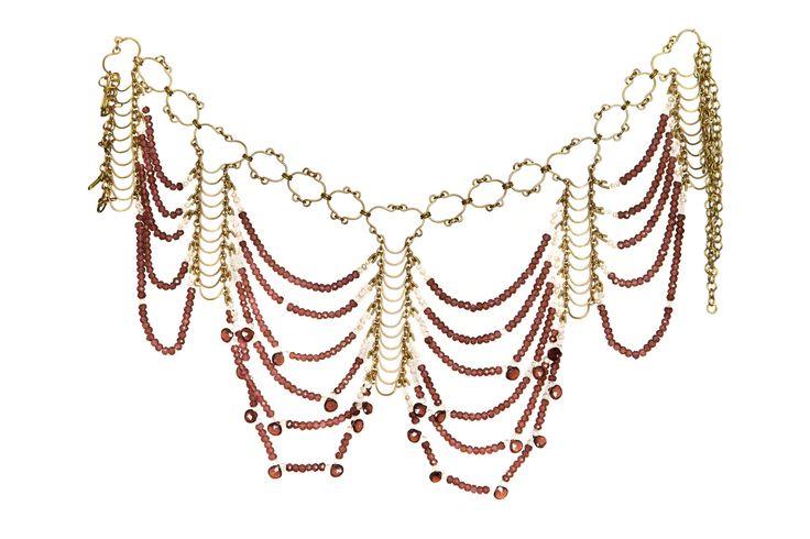 LK2883 collier en laiton Collier en laiton,grenat, perle, cristal de roche. 34cm. Historique Chic. Sensuelle, assumée. Collier haute couture déesse indienne shakti. C'est clairement un collier de grand soir, toute en articulation et en souplesse, il est à conseiller à celles qui ont une chevelure abondante et un beau port de tête. Toutes les pièces en métal sont mise en forme à l'atelier à la main.