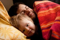 """Schlafen im Familienbett - toller Artikel!!  """"Ein Kind, dem der Instinkt abtrainiert wurde, bei einer Trennung von seinen Eltern zu schreien, darf [also] nicht mit einem zufriedenen verwechselt werden"""""""