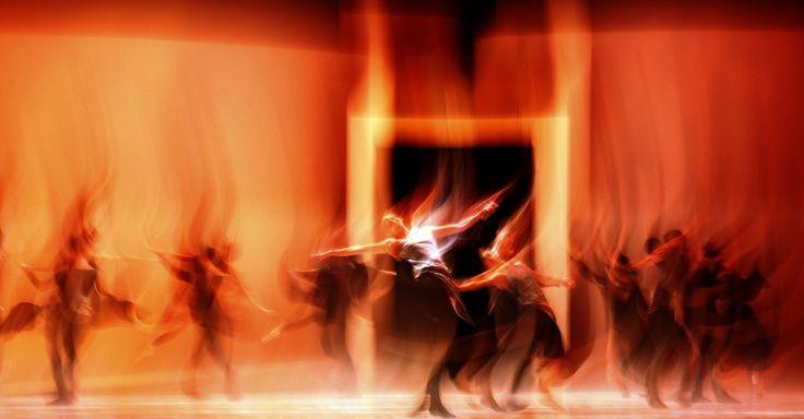 Foto feita com baixa velocidade mostra apresentação da peça Romeu e Julieta, do Balé de Monte,  coreografada por Jean-Christophe Maillot, no London Coliseum, na Inglaterra