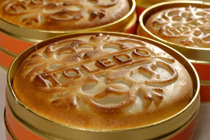 """Unos lo creen proveniente de Italia, en concreto de Venecia, donde el llamado Pan de San Marcos, era un dulce típico utilizado en las fiestas del patrono de la ciudad. La aparición del Mazapán en España tiene lugar en el siglo IX, entre los años 850 y 900, aunque su divulgación se retrasa hasta dos siglos más tarde. En el año 1150 se cita una pasta de azúcar y miel como """"Postre Regio"""" en la descripción gastronómica que hacen los cronistas de la época. Leer más…"""