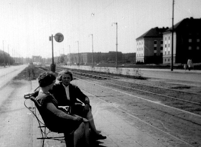 Według mnie jest to w okolicach skrzyżowania z ul. Bujwida, widok w kierunku zachodnim - w tle widoczny słabo most Grunwaldzki. Ale co to za budynki po lewej ? Rok 1961