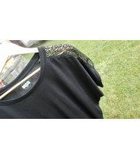 Dámské stylové tričko s krátkým rukávem a volným výstřihem. Triko je zdobeno krajkou umístěnou na rukávu. Vybrat si můžete z barev i velikostí dle své představy.