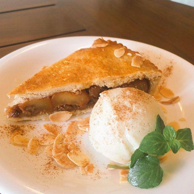Who can resist a piece of hot vegan apple pie with vegan ice cream? 本日はアップルパイがありますよ🍎 温かいパイに冷たいアイスクリームと シナモンを添えて♬アップルパイ ア ラ モードはいかかでしょうか? 数量限定です✨