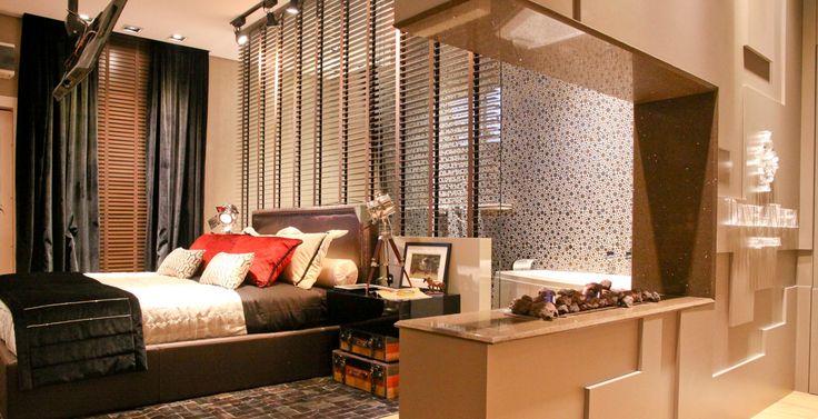 Em ambientes reduzidos, uma ótima solução é dividir ambientes com elementos vazados. Neste projeto, a arquiteta Daniela Vieira fez a divisória com vidro e ripas de madeira.