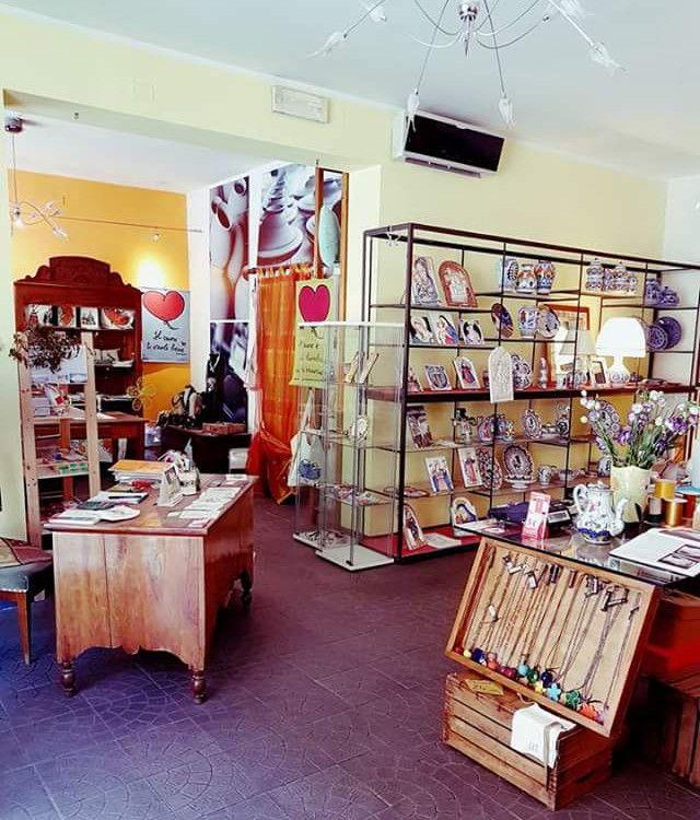in questo negozio situato accanto al Duomo di Faenza troverete una gran varietà di prodotti artigianali locali; ceramiche tradizionali faentine, ceramiche contemporanee, tessuti stampati romagnoli