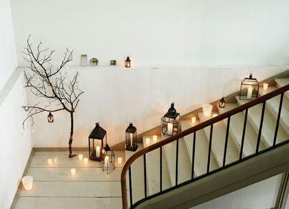 L'escalier n'est pas oublié et se met aussi à l'heure des fêtes de Noël.