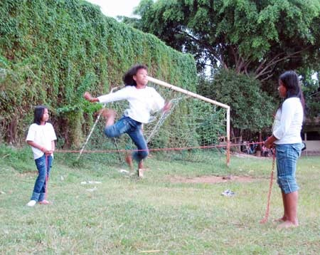 Indonesian traditional children's game - Rope Hopping (Lompat Karet). Best childhood game.