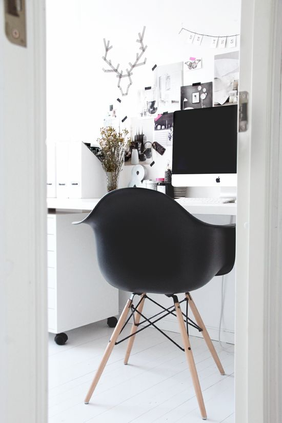 love the dramatic black colour chair and computer dialogue :) but the back to the door is bad feng shui for the office :( very nice colour scheme, though, crisp and creative at the same time